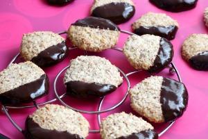 Paleo mandulás keksz csokiba mártva