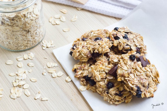 Egészséges és gyors zabkeksz aszalt gyümölcssel és csokival