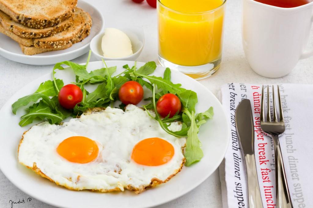 1. Reggeli tükörtojás zöldségekkel