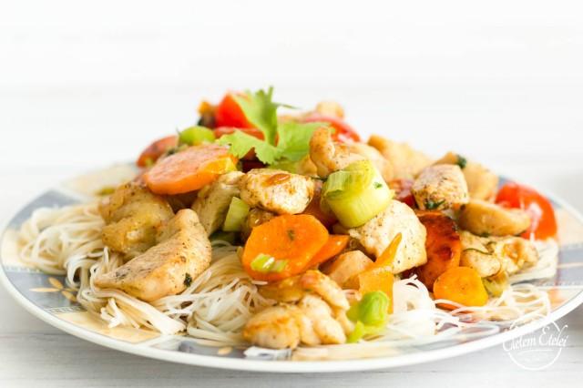 Zöldséges csirke rizstészta